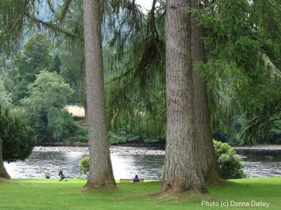 2013-10-08-River_Tay_by_Dunkeld_Cathedral.jpg