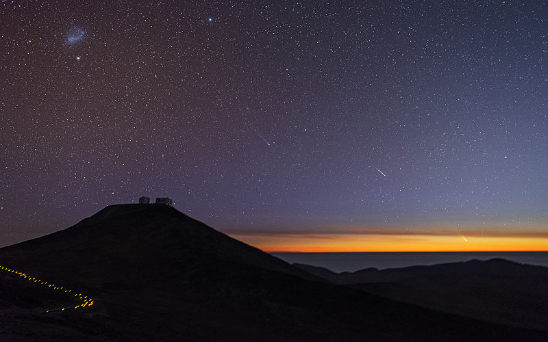 2013-10-11-800pxComets_and_Shooting_Stars_Dance_Over_Paranal_wallpaper.jpg