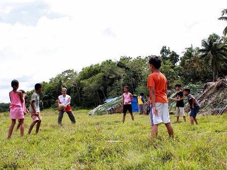2013-10-29-Philippinesplayingm3.jpg