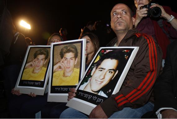 2013-10-29-TerrorVictimFamliesatProtest.png