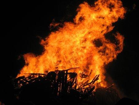 2013-10-30-bonfirekatiehopkins.jpg
