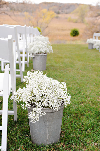 Quick ways to dress up a farm for a wedding huffpost for Quick and inexpensive wedding decorations