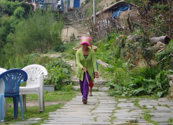 2013-11-13-Nepaliwomanwbasket2.jpg