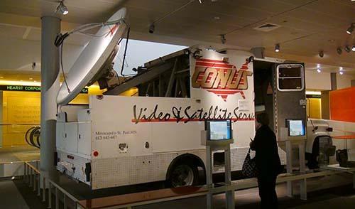 2013-11-17-EarlysatelliteTVtransmissiontruckAbuFadil.JPG