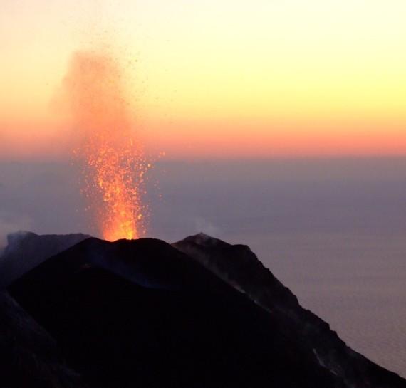 2013-11-25-eruptionstrombolijerram.jpg