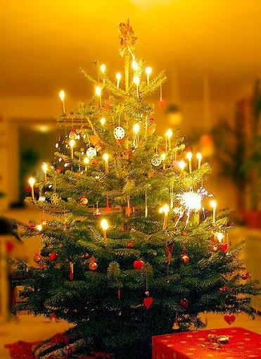 2017 12 10 Christmastreewithcandlesmedwww Christmasgiftsfrermany Creditmalenethyssen Jpg