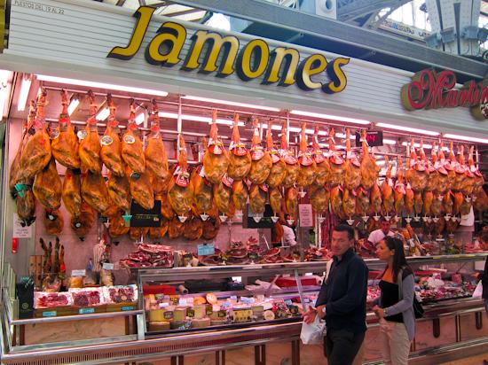 2013-12-10-ValenciaCentralMarketJamones.jpg