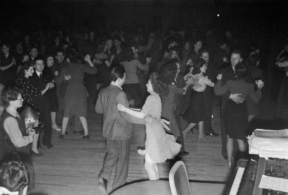 2013-12-13-New_Style_Dancing_Arrives_the_Introduction_of_the_Jive_Into_British_Dance_Halls_1945_D23830.jpg