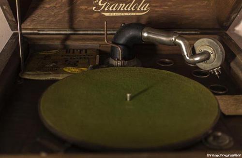 2013-12-16-abandonedhousegramophone1.jpg