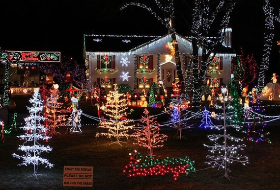 2013-12-17-800pxChristmas_Lights_house_display744x507.jpg