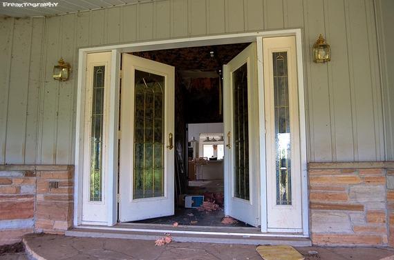 2013-12-19-AbandonedCatHouse2.jpg