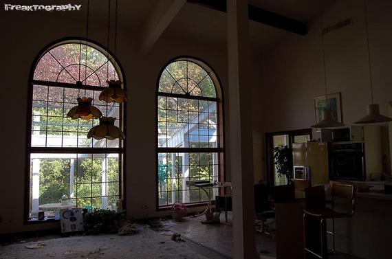 2013-12-19-AbandonedCatHouse8.jpg
