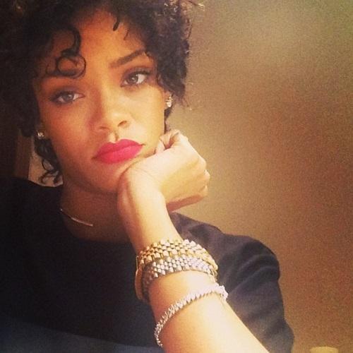 2014-01-22-RihannaselfieHP.jpg