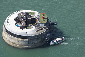 2014-04-16-300pxGuests_Arriving_at_Spitbank_Fort.jpg