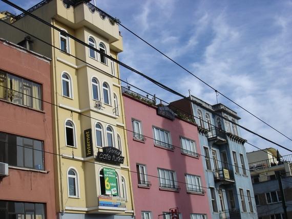 2014-04-21-Istanbulcolorfulbuildings.JPG