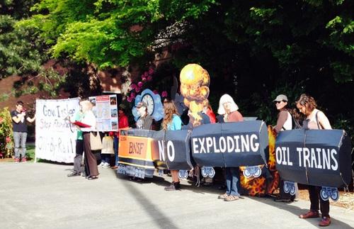 2014-05-15-activists_oil_train.jpg