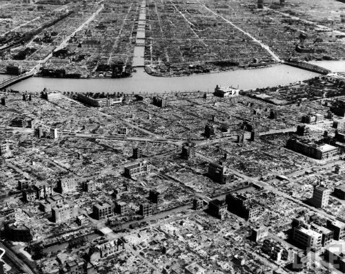 2014-06-09-hist_us_20_ww2_hiroshima_aerial_buildings_river.jpg