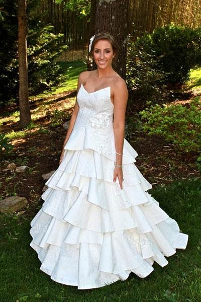 Vestido de novia realizado con papel higiénico.