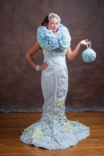 Novias con vestidos hechos con papel higiénico.
