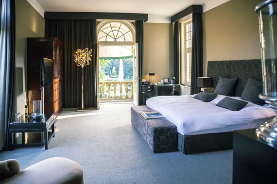 2014-07-01-luxuryhotelroom_cariadnaderaadtshutterstock_153172712.jpg