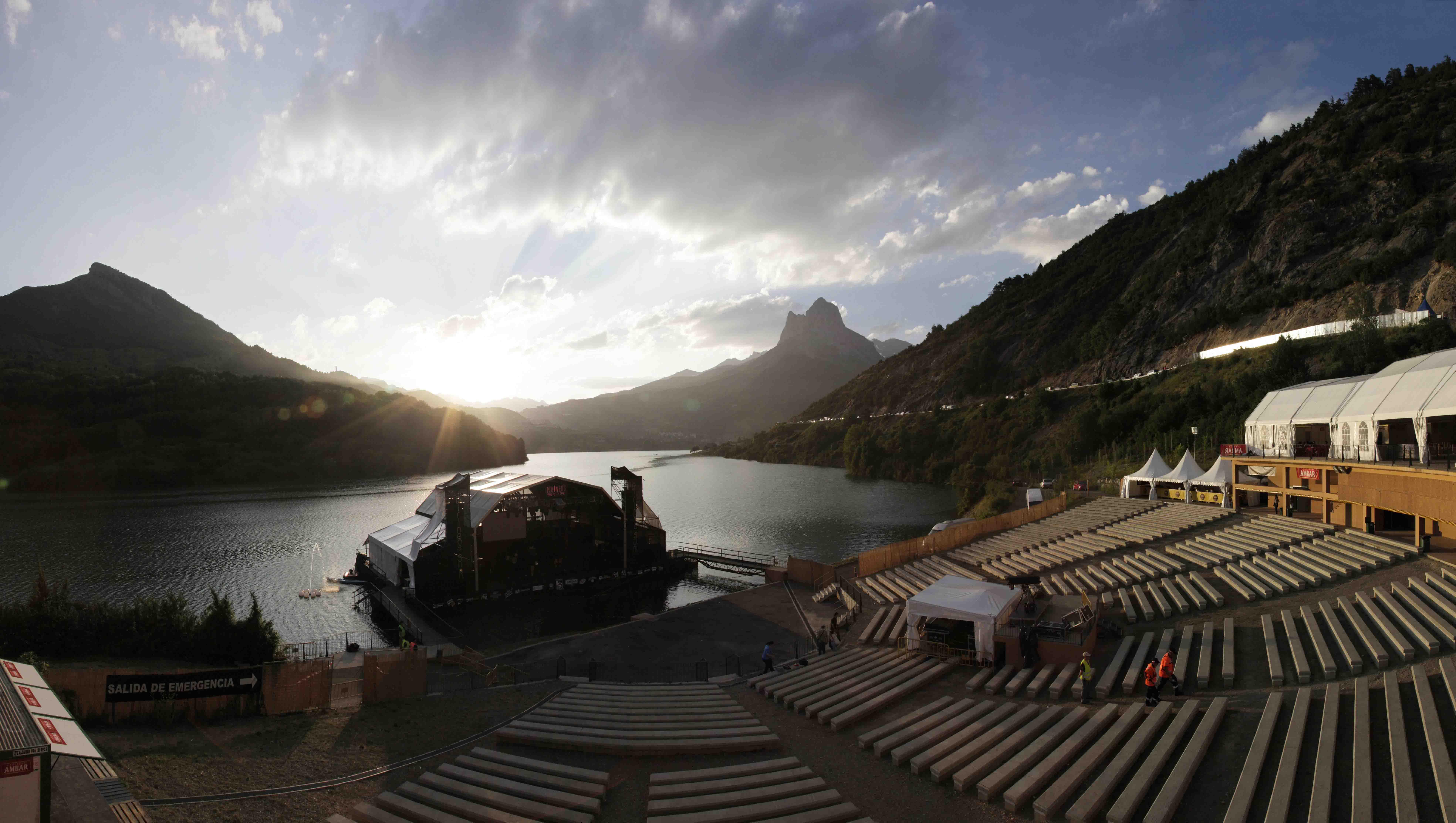 Mark Knopfler en el inigualable escenario de Pirineos Sur (24 julio) 2014-07-18-AuditorioLanuzaatardecerhorizDPH.PacoManzano