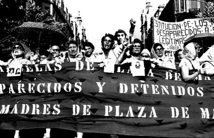 2014-08-08-Abuelas_de_Plaza_de_Mayo_Derechos_Humanos_Madres_de_Plaza_de_Mayo_Marchas.jpg