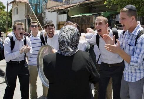 2014-08-09-JewishsettlerstauntaPalestinianwomanwhohasjustbeenevictedfromherhome.jpg