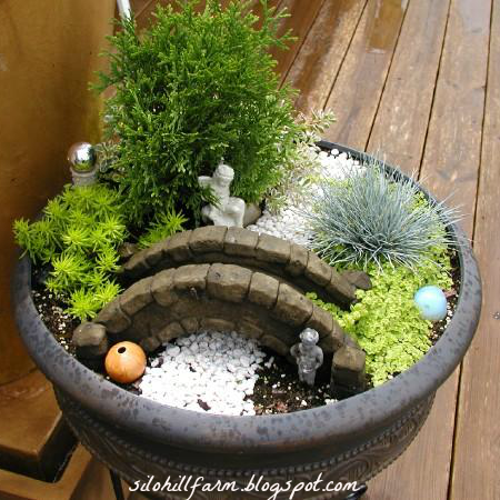 Fairy gardens are the tiny solution for gardening addicts for Mini zen garden designs