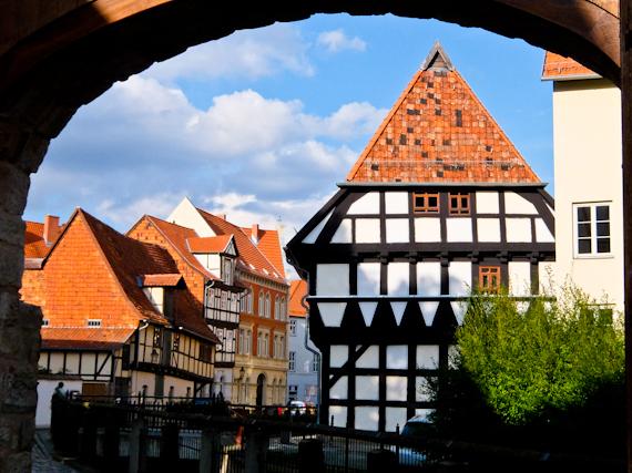 2014-08-23-QuedlinburgHousesthrougharch.jpg