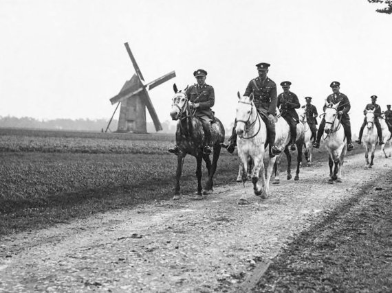 2014-09-03-Royal_Scots_Greys_France_WWI_CO_and_Staff.jpg