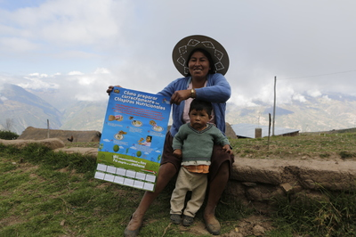 A mother receives calendar with pictoral and written instructions on how to use Chispitas at home.
