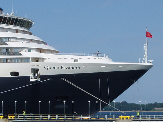 2014-09-09-Queen_Elizabeth_Flag_of_Cunard_Line_Tallinn_July_20111.jpg