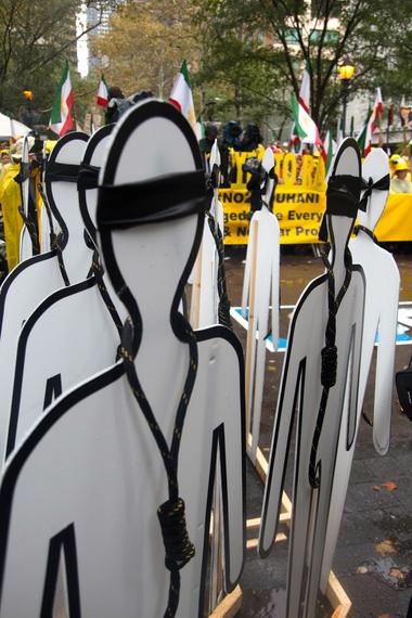 2014-09-29-NoosesatNoToRouhaniProtest.jpg