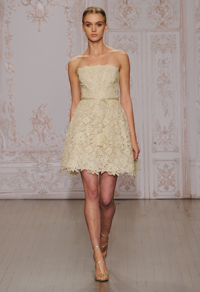 2014-10-11-moniquelhuilliershortlaceweddingdress01.jpg