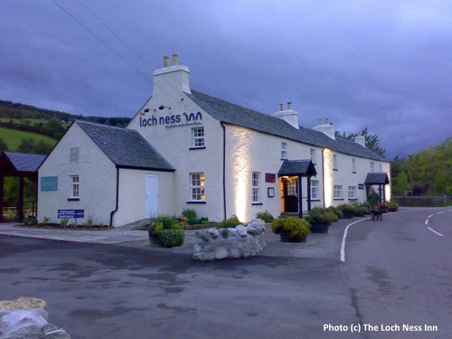 2014-10-19-Loch_Ness_Inn_at_night.jpg