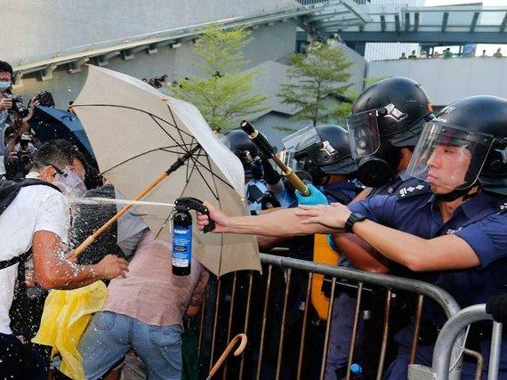 2014-10-21-hongkongprotestspepperspray2.jpg