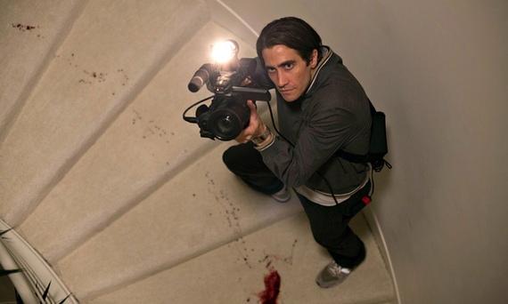 Jake Gyllenhaal as Louis Bloom in Nightcrawler attending a triple homicide