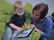2014-11-11-Child_and_mother_with_Apple_iPad.jpg