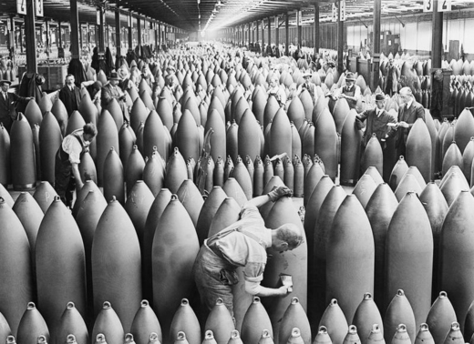 Operário pinta torpedos numa fábrica britânica nesta foto icônica de H. W. Nicholls (1917)
