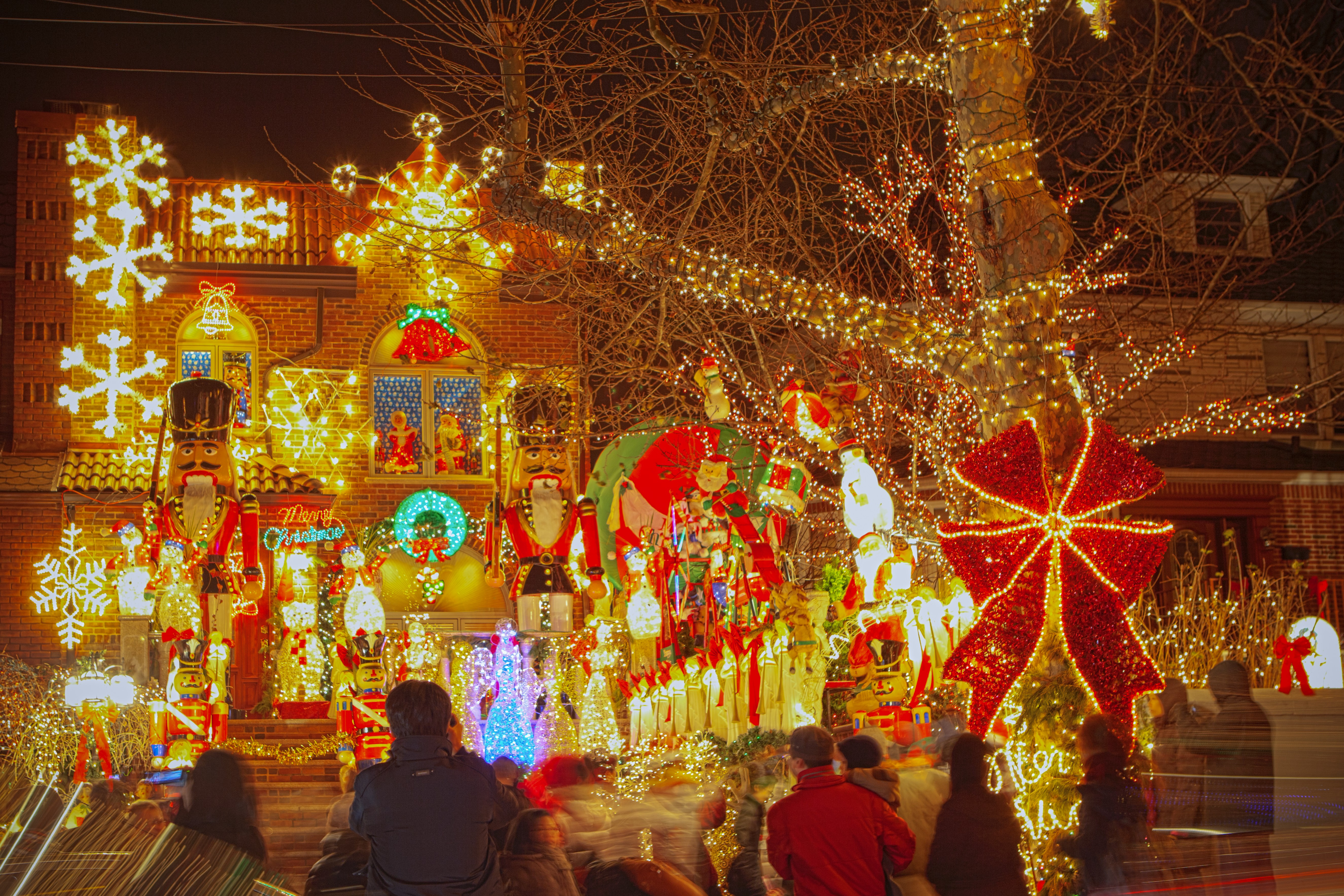The best u s neighborhoods to see holiday lights in 2014 for The christmas decorations
