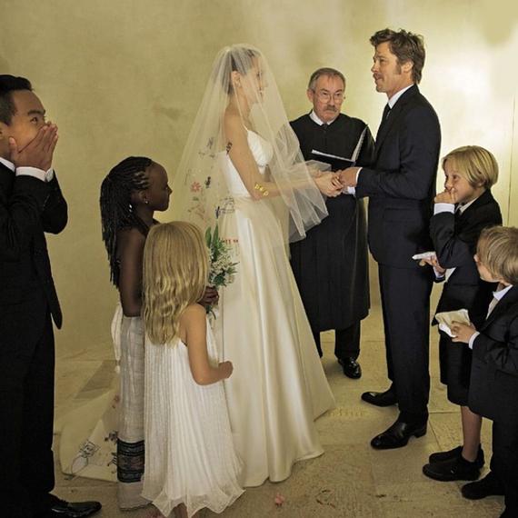2014-12-18-celebrityweddingmomentsbradpittangelinajolie.jpg