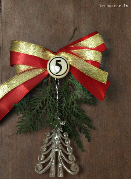 2014-12-23-Huffpost_Easydecorxmas_doorknob.jpg