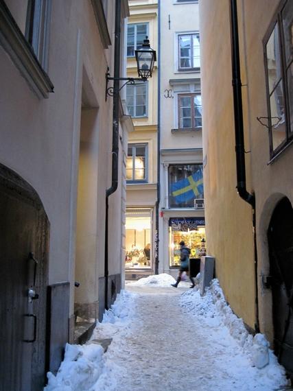 2015-01-05-WinterinEuropealleyw.swedishflag.JPG