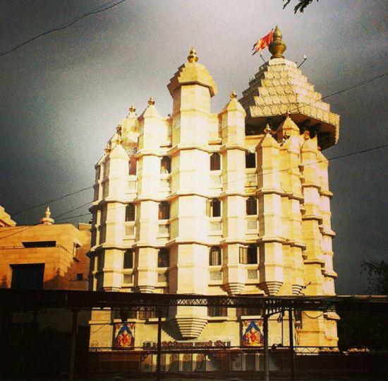 2015-01-08-Sohini_SiddhivinayakTemple.jpg