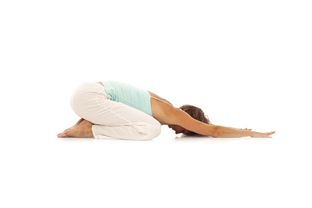 3 posturas de yoga que alivian el dolor de cabeza  bc9e60f4a7f6
