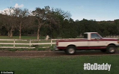 2015-02-02-251F91AE000005780Plot_twist_The_truck_hits_a_rock_and_the_Golden_Retriever_puppy_m79_1422392782307.jpg