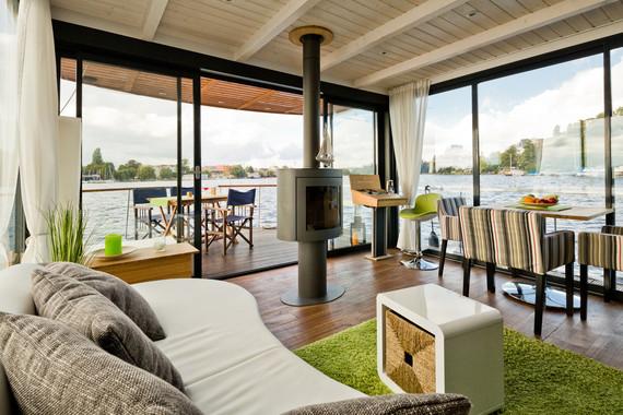 schwimmendes wohnmobil urlaub auf einem hausboot gef llig. Black Bedroom Furniture Sets. Home Design Ideas