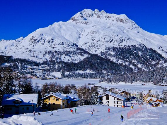 2015-02-21-SkiersoutsideNiraAlpina.jpg