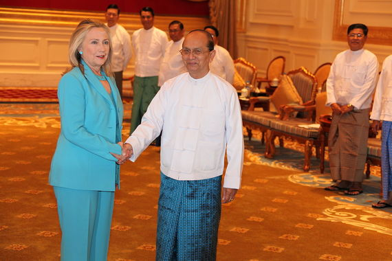 2015-03-06-1425677638-2002125-1200pxClinton_and_President_Thein_Sein.jpg