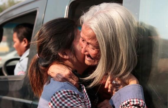 2015-03-10-1425954475-7936067-206975_Nget_Khun_hugging_her_daughter.jpg